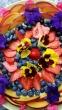 Torta con frutta e fiori